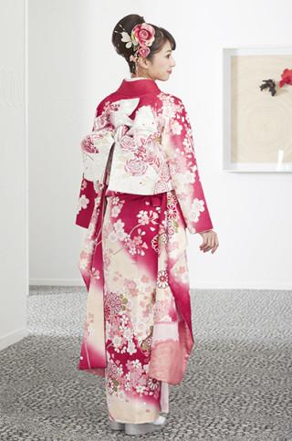 ピンクレッド地に桜御所車柄振袖の衣装画像3