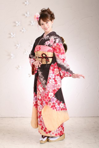黒地桜柄振袖の衣装画像1