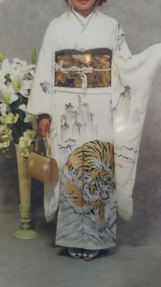 白地虎柄 振袖の衣装画像1