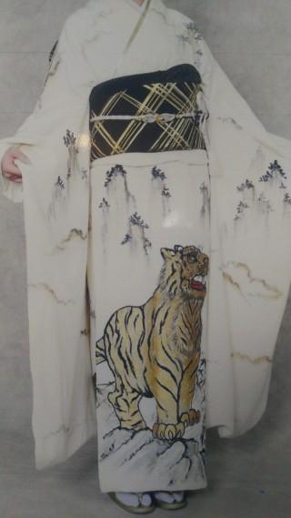 白地虎柄 振袖の衣装画像2