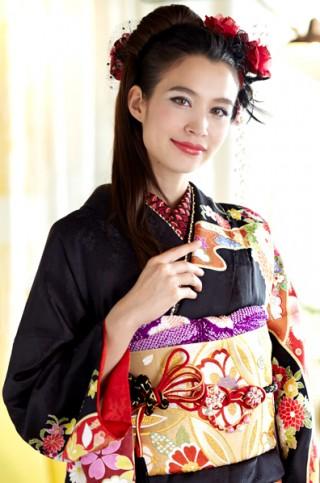 黒地に艶やか古典花と貝桶柄の豪華振袖【MKK-018】の衣装画像2