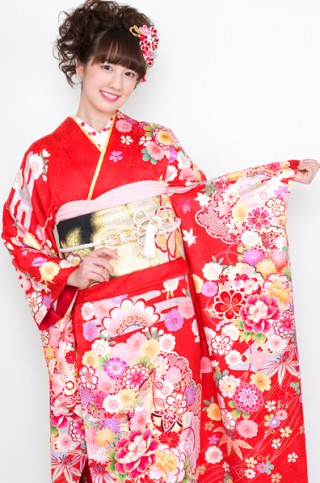朱赤地に豪華花柄と古典文様のキュート振袖 【No.MKK-003】の衣装画像2
