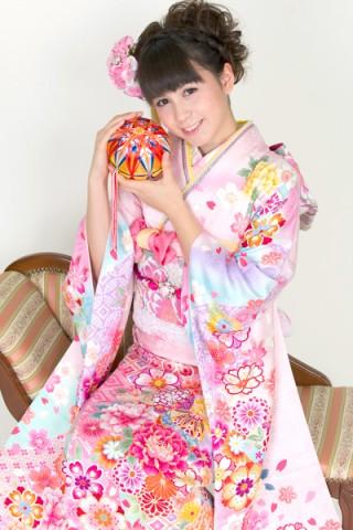 ピンク地にぼかしが幻想的な和花柄振袖【No.MKK-014】の衣装画像1