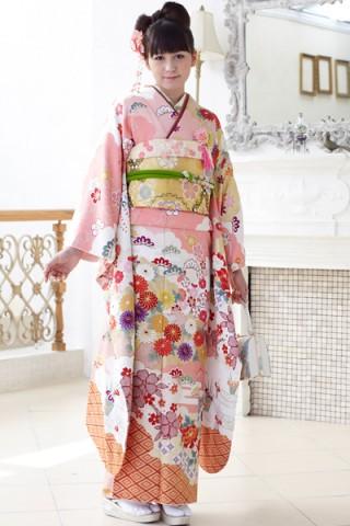 ピンクの雲取り地にはんなり雅な古典花文振袖【MKK-023】の衣装画像1