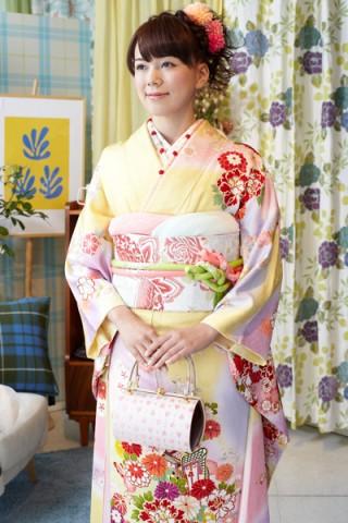 黄色地に和花と御所車文様振袖【MKK-008】の衣装画像2