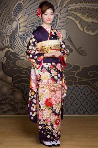 紺地に豪華な扇子と雲取りの牡丹柄振袖【MKK-005】の衣装画像1