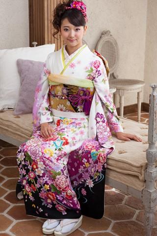 白地に蝶と豪華花柄のドレッシー振袖【MKK-030】の衣装画像1