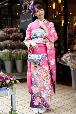 鮮やかピンクに大人の華やぎ花柄振袖【MK-2614】の衣装画像1