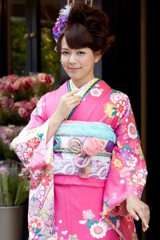 鮮やかピンクに大人の華やぎ花柄振袖【MK-2614】の衣装画像2