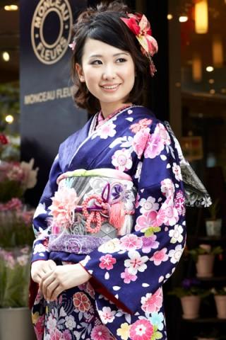 まるやま・京彩グループオリジナル振袖 紺紫地にカラフルな花尽くし振袖の衣装画像2