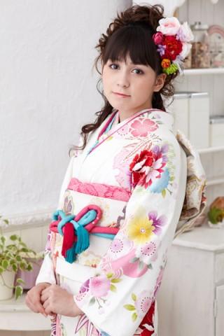 まるやま・京彩グループオリジナル振袖 ピュアな白地にはんなり牡丹と雪輪柄振袖の衣装画像2