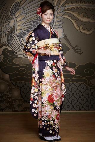 まるやま・京彩グループオリジナル新作振袖 紺地に豪華な扇子と雲取りの牡丹柄振袖の衣装画像1