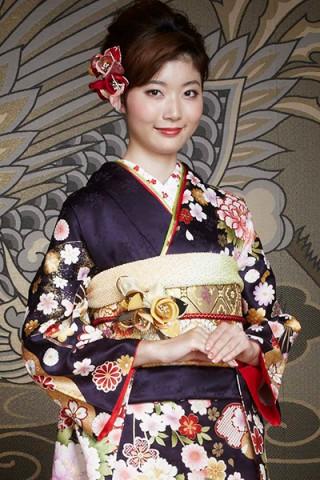 まるやま・京彩グループオリジナル新作振袖 紺地に豪華な扇子と雲取りの牡丹柄振袖の衣装画像2