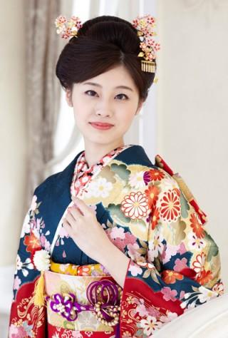 まるやま・京彩グループオリジナル新作振袖 深緑地に豪華絢爛な古典和華柄振袖の衣装画像2