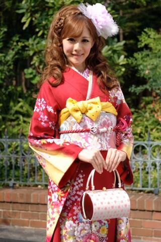まるやま・京彩グループオリジナル振袖 赤地にイエローぼかしのキュートな小花柄振袖の衣装画像2