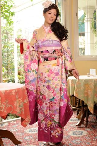 まるやま・京彩グループオリジナル振袖 クリーム地に濃い目ピンクぼかしのスウィート花柄振袖