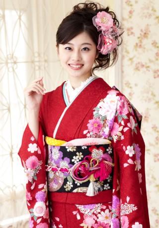 まるやま・京彩グループオリジナル振袖 赤地に黒ぼかしの大人なモダンふんわり花柄振袖の衣装画像1