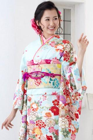 まるやま・京彩グループオリジナル新作振袖 爽やかな水色地に豪華和花柄の艶やか振袖の衣装画像1