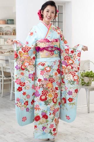 まるやま・京彩グループオリジナル新作振袖 爽やかな水色地に豪華和花柄の艶やか振袖の衣装画像2