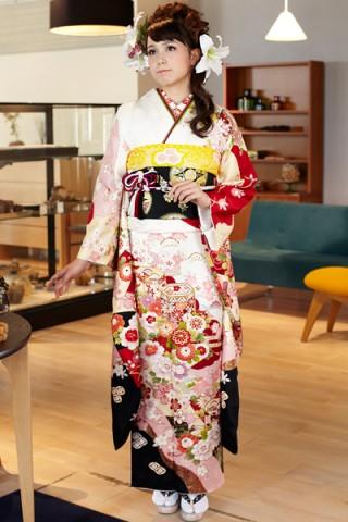 まるやま・京彩グループオリジナル振袖 白地に気品あふれる貝桶と古典草花紋様振袖の衣装画像1