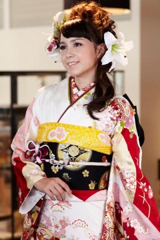まるやま・京彩グループオリジナル振袖 白地に気品あふれる貝桶と古典草花紋様振袖の衣装画像2