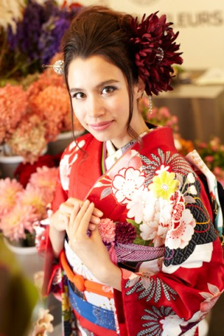 まるやま・京彩グループオリジナル振袖 赤地に大輪牡丹花柄の豪華レトロモダン振袖の衣装画像1