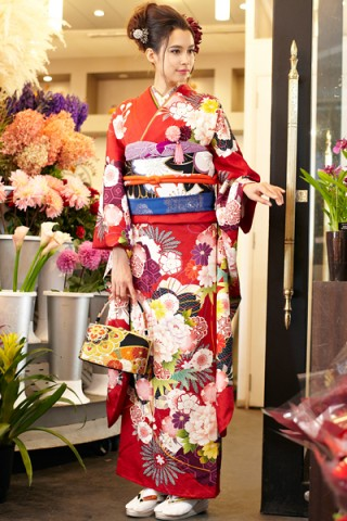 まるやま・京彩グループオリジナル振袖 赤地に大輪牡丹花柄の豪華レトロモダン振袖の衣装画像2