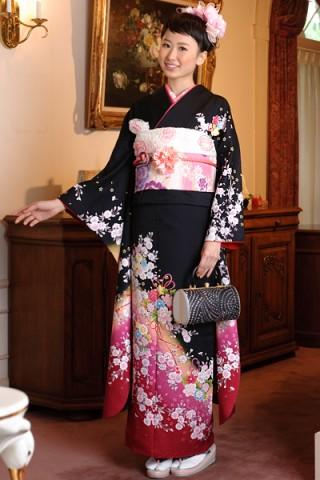 まるやま・京彩グループオリジナル振袖 黒地に鮮やかパッションピンクぼかしの可憐小花柄振袖の衣装画像1