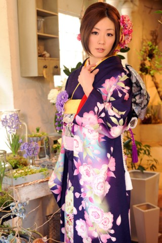 まるやま・京彩グループオリジナル振袖 濃紫地に大輪牡丹と桜の毬柄振袖