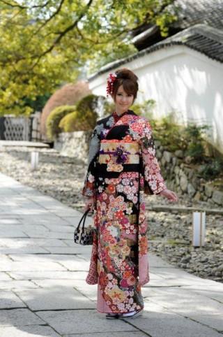 京都きもの工房グループ 黒地 古典の衣装画像1