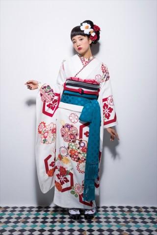 frink白地レトロ亀甲紋振袖