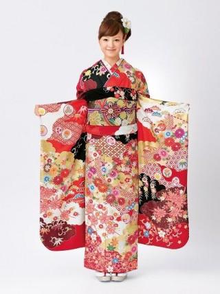 【新作】伝統をまとって振袖美人 金駒刺繍
