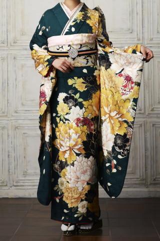 美しい深い緑振袖。黄金色大輪の牡丹の衣装画像1