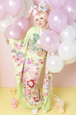 薄黄緑振袖にまり柄・赤牡丹・白牡丹・ピンク牡丹・松柄の衣装画像1