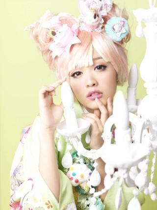 薄黄緑振袖にまり柄・赤牡丹・白牡丹・ピンク牡丹・松柄の衣装画像2