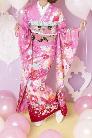 王道の派手カワ・ピンク振袖。大きな赤・白牡丹とゆりの衣装画像1