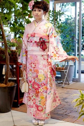 ピンク地にぼかしが幻想的な和花柄振袖【MKK-014】の衣装画像2