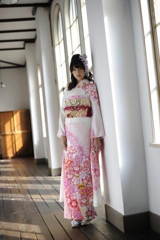 さまざまな染めと刺繍の美が優しい印象を放つ桜尽し振袖