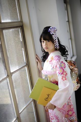 さまざまな染めと刺繍の美が優しい印象を放つ桜尽し振袖の衣装画像2