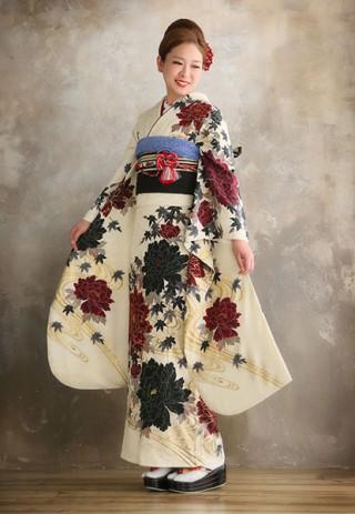 No.24058 【菜々緒nanao】白地に大柄の牡丹と紅葉がクールな印象の振袖