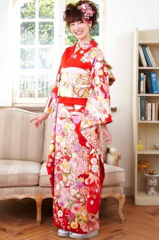 朱赤地に豪華花柄と古典文様のキュート振袖【MKK-003】の衣装画像1