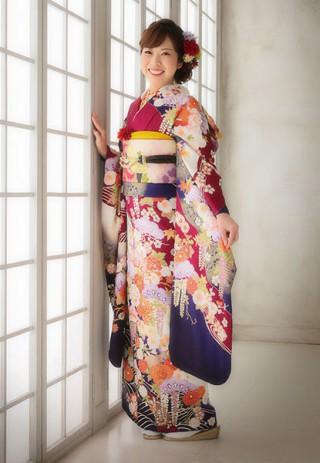 【IKKO FURISODE】クラシックの雰囲気に合う赤と紺のコントラストでシルエットを美しく引き締める