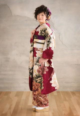 【ROLA FURISODE COLLECTION】可憐に咲いた大輪の花々が美しいエレガントなスタイル