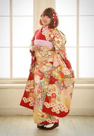 鮮やかな朱色×花柄の大人スタイル