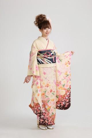 クリーム地桜牡丹(レンタル振袖一式 118,000円)