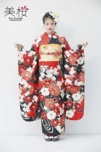 今田美桜ちゃんが着るオンディーヌオリジナル振袖。紅白牡丹に流水