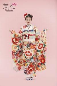 今田美桜ちゃんが着るオンディーヌオリジナル振袖。牡丹に亀甲流れ