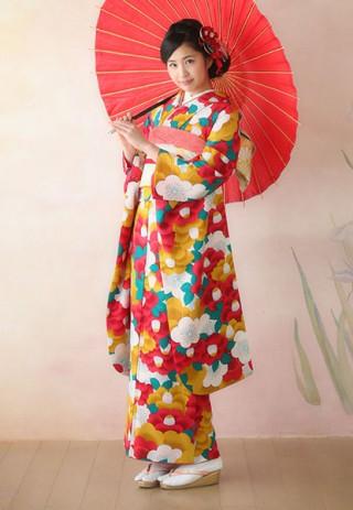 色とりどりのクリアな椿柄がレトロな振袖の衣装画像1