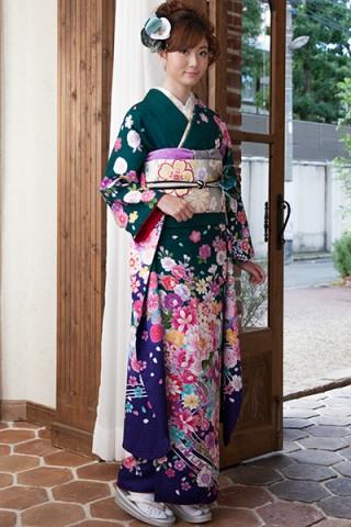 緑地にカラフルカラーの艶やか花柄振袖【MKK-027】の衣装画像1