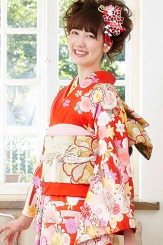 朱赤地に豪華花柄と古典文様のキュート古典振袖【MKK-003】の衣装画像1